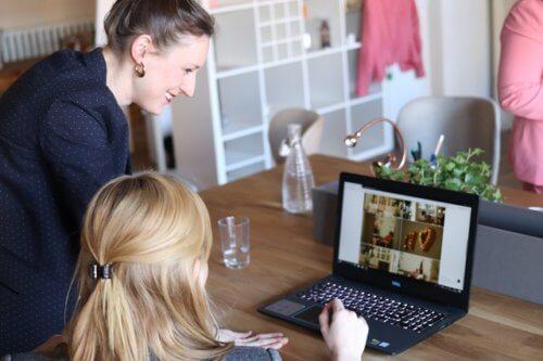 相談しながらパソコンで検索する女性