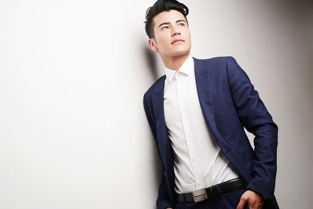 爽やかなスーツの男性の写真