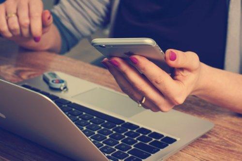 パソコンとスマートフォンで検索する女性