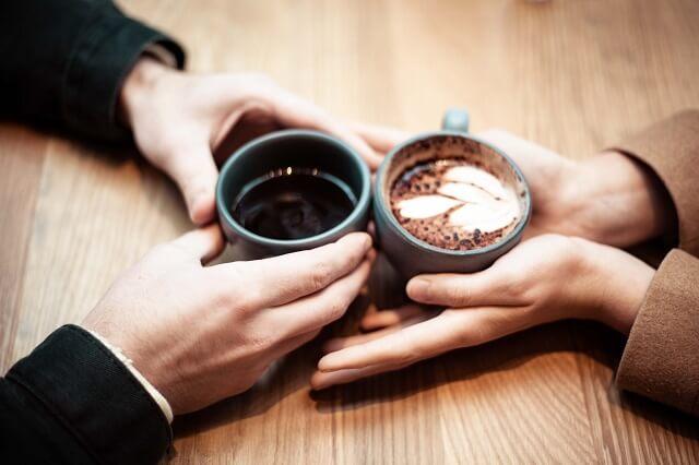 結婚相談所で離婚率が低くなるために結婚相手を見極めている二人