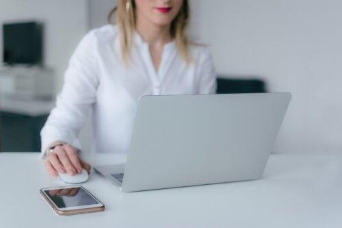 パソコンでネットを見る女性