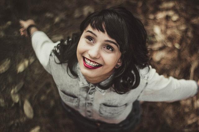 マッチングアプリの写真に写る女性