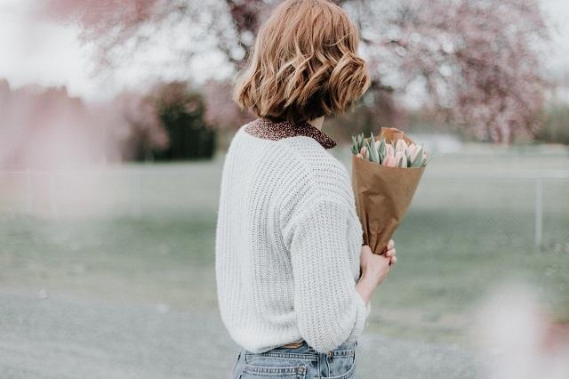花束を持って待つ女性